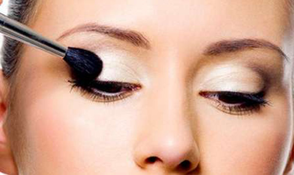 Makeup tricks to enlarge small eyes